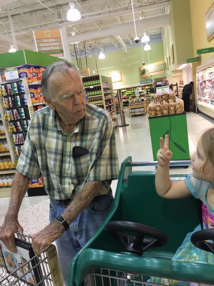Мама оторопела, когда увидела свою дочь с пожилым мужчиной в супермаркете...