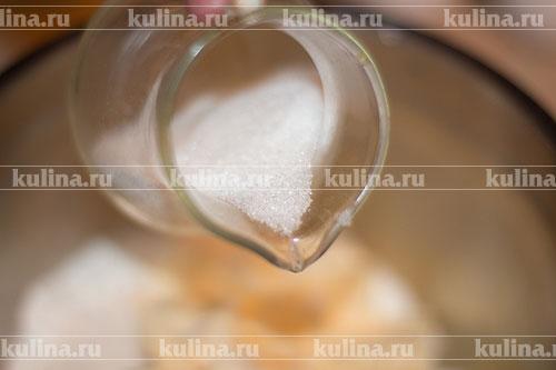 Добавьте сахарный песок и замесите тесто. Его можно растереть руками в крошку.