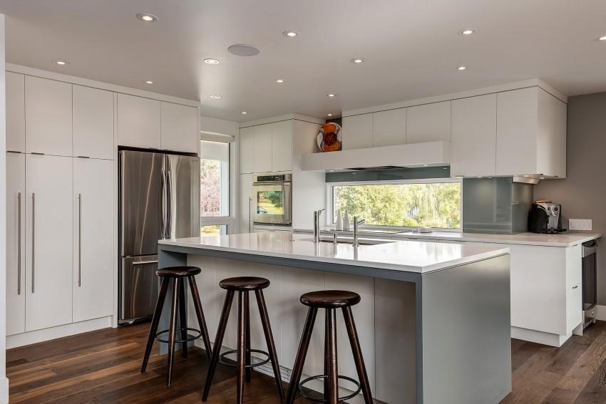 Белоснежная современная кухонная зона