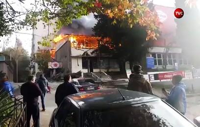 В Сочи горит пятиэтажное общежитие