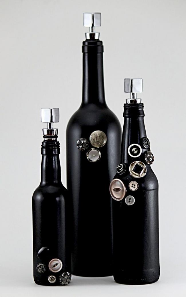 Оригинальный вариант оформления бутылок с помощью пуговок