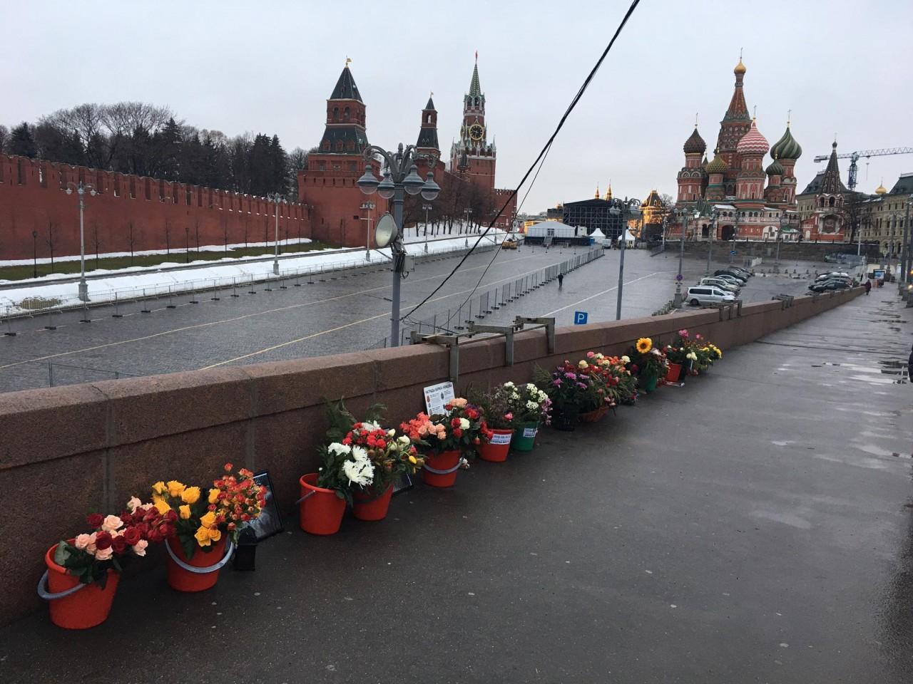 Некрофилия и гешефт — о некрокульте Немцова на Москворецком мосту