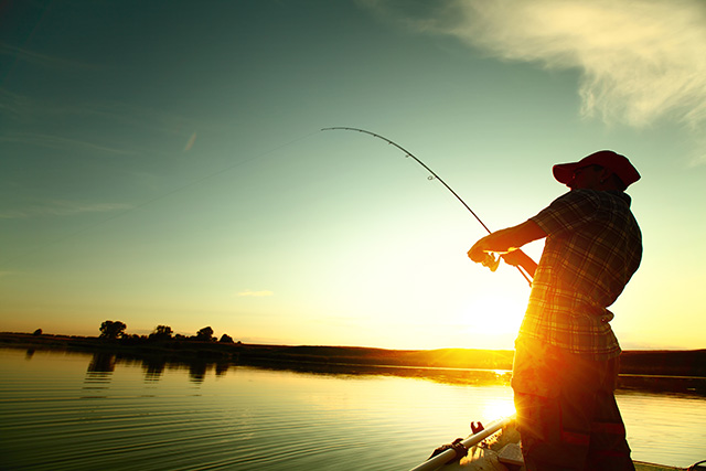 Заядлый рыбак придумал необычный способ беречь свое имущество