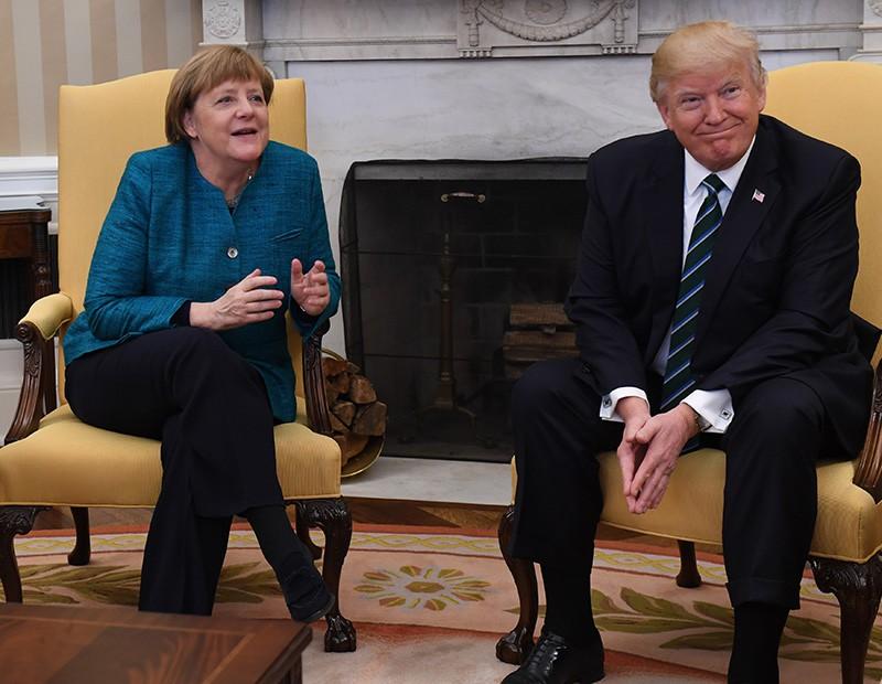 Оконфузилась: Трамп проигнорировал предложение пожать руку Меркель.