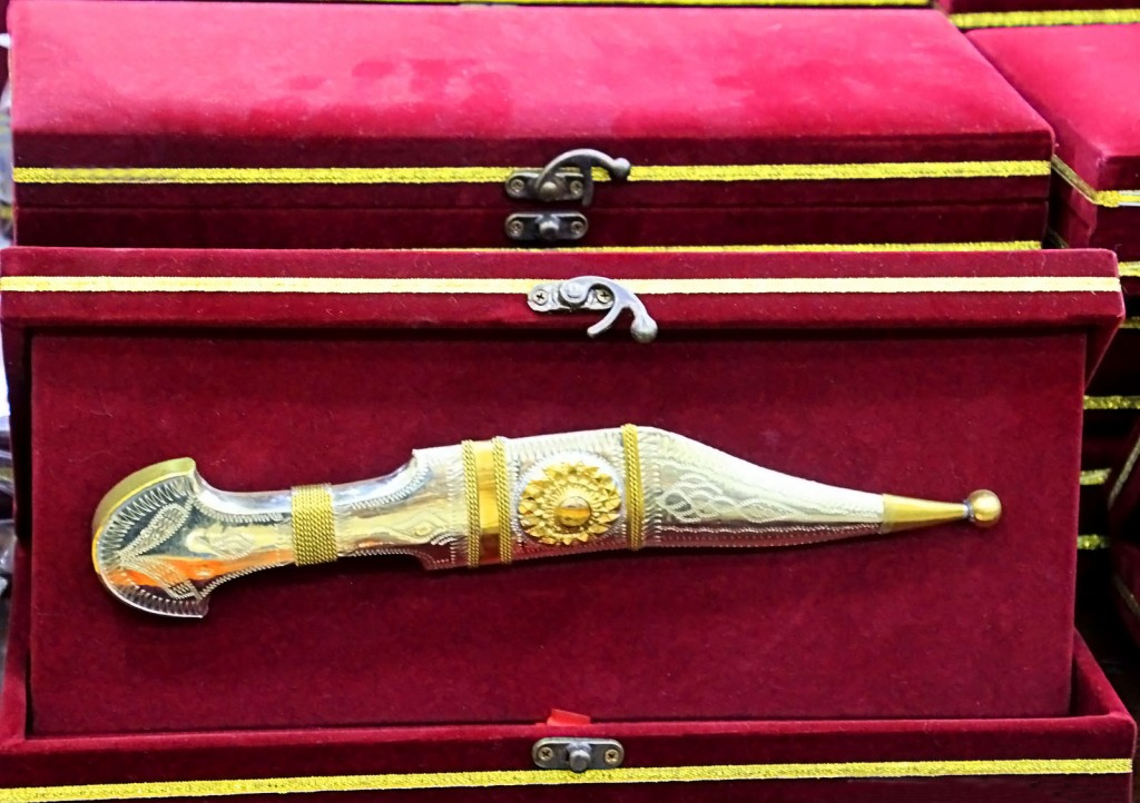 Назовите этот предмет, каково его правильное название и какие народности его используют?