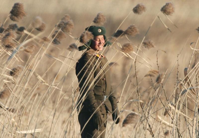 11. Северокорейский солдат около города Синучжу на границе с Китаем, 6 января 2016. (Фото Kyodo | Reuters): Тоталитаризм, гранциа, китай, севераня корея