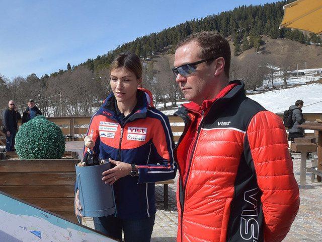 Приболевший гриппом Медведев засветился на горнолыжном курорте