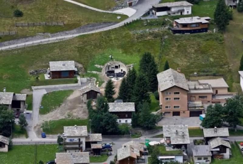 Двое мужчин построили дом в склоне горы. Сделайте шаг ближе, и ваша челюсть отвиснет!