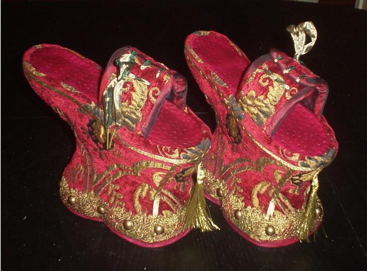 Жутко неудобная обувь средневековых женщин