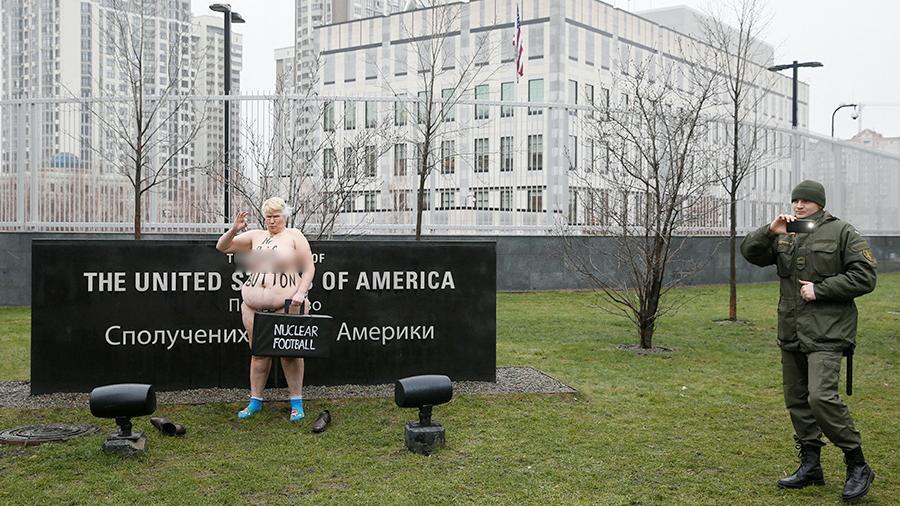 Картинки по запросу Полуголая активистка движения FEMEN устроила акцию протеста возле посольства США в Киеве