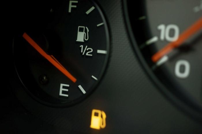 Сигнал об отсутствии бензина в баке.