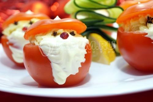 Фаршированные помидоры Дед Морозы
