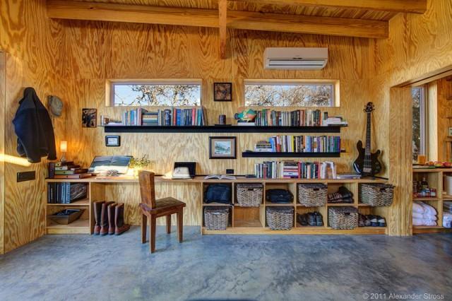 Друзья построили собственный городок для уютной встречи старости