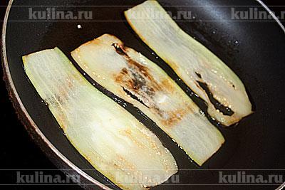 В сковороде разогреть растительное масло, положить ломтики баклажана и обжаривать с двух сторон до мягкости.