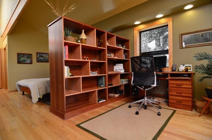 Перепрофилирование комнаты благодаря большому шкафу, который разделит пространство.