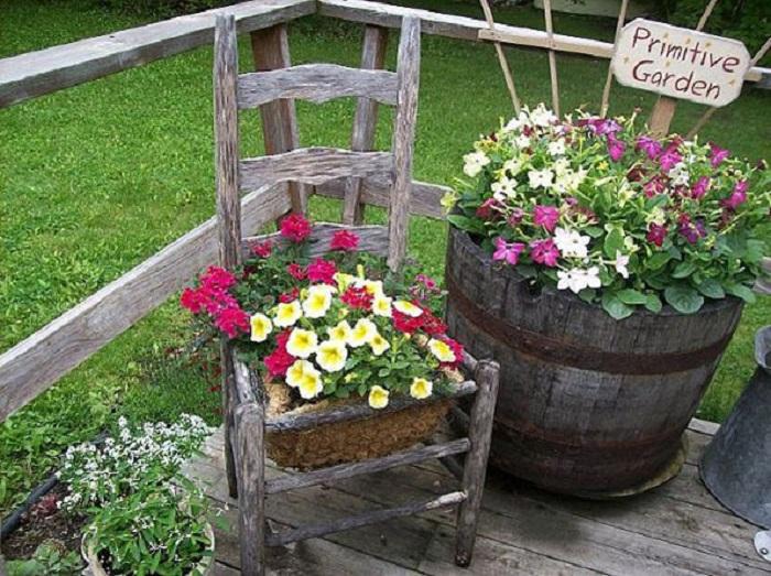 Интересное оформление двора при помощи различных интересных композиций с цветами.