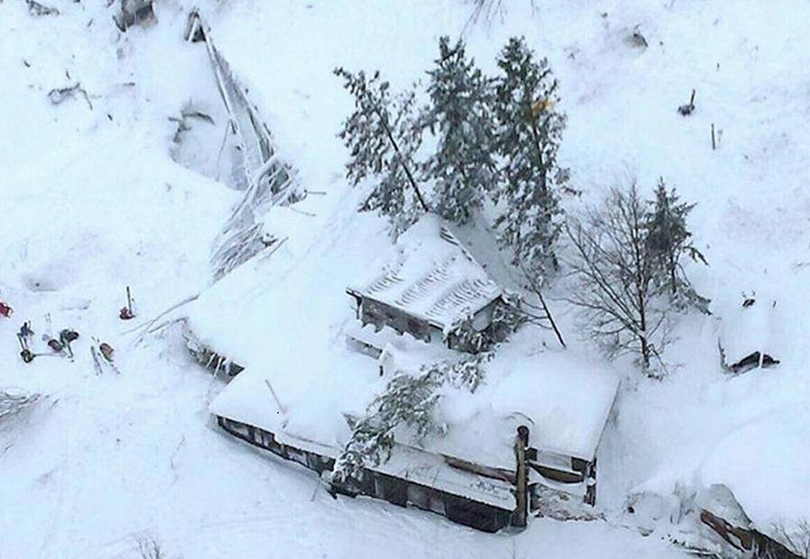 ВИталии иззаваленного лавиной отеля отыскали тело первого погибшего