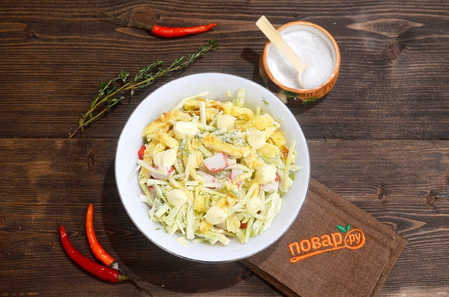 Крабовый салат с яичными полосками