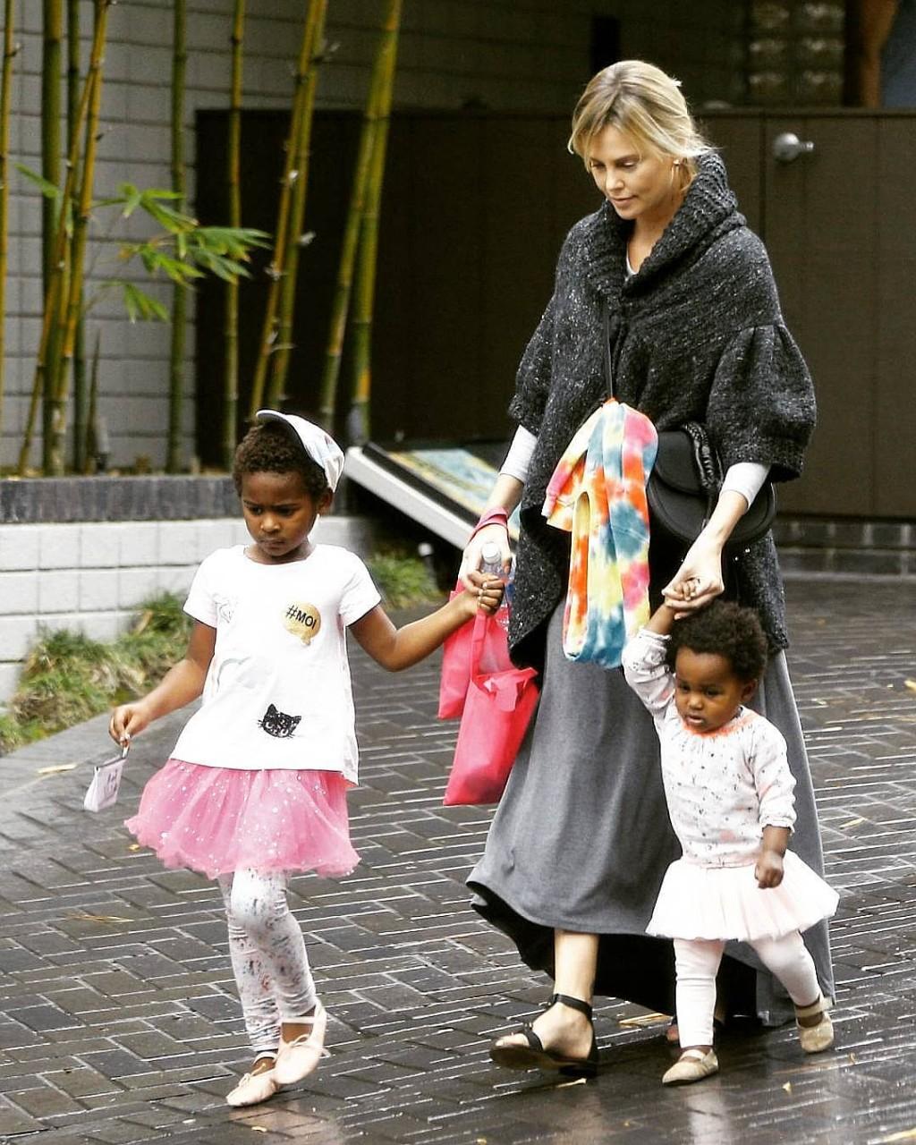 По мнению этой американки, дети сами должны выбирать свой пол.  Поэтому она одевает мальчика в юбки!