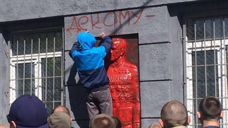 Бандеровцы изуродовали в Одессе мемориальную доску маршалу Георгию Жукову