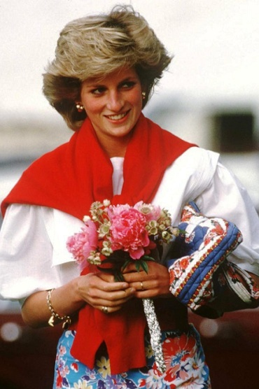 10 бесподобных образов принцессы Дианы. Так умела носить свитер только она