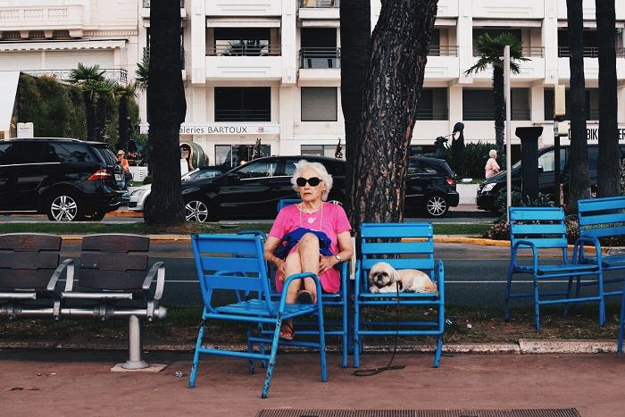 Женщина отдыхающая с собачкой на набережной Круазетт в Каннах. Фотограф: Талия Рудофски (Talia Rudofsky), Великобритания.