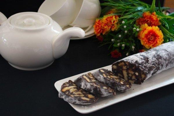 Ореховая колбаска с печеньем и какао
