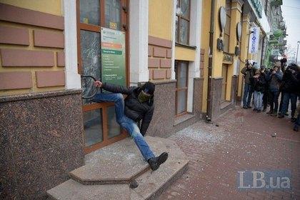 В Киеве дверь Сбербанка «пой…