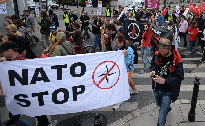 Немцы на митинге против НАТО…