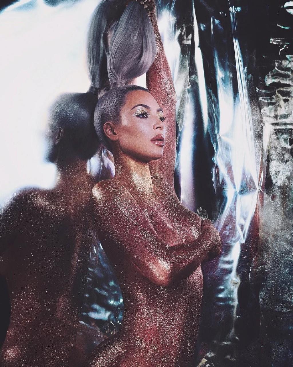 Картинки по запросу Ким Кардашьян полностью обнажилась для рекламы косметики