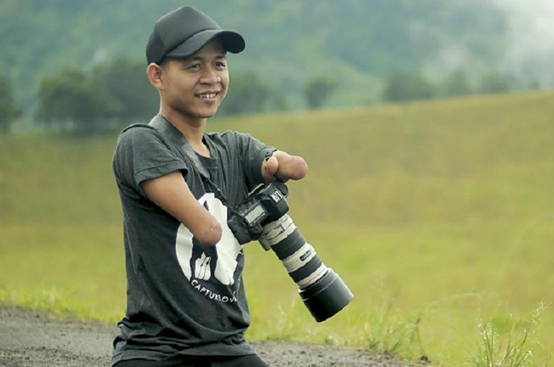 «Я хочу, чтобы видели мой талант, а не то, каким я родился»: фотограф без рук и ног вдохновляет других