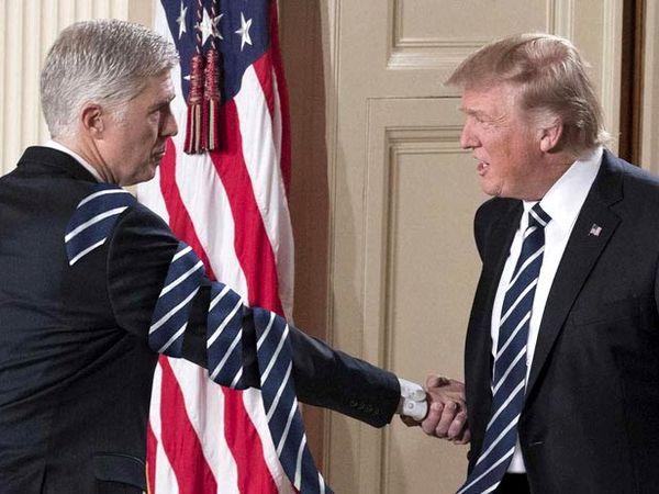 Фотошоперы делают галстуки Дональда Трампа невероятно длинными и это забавно