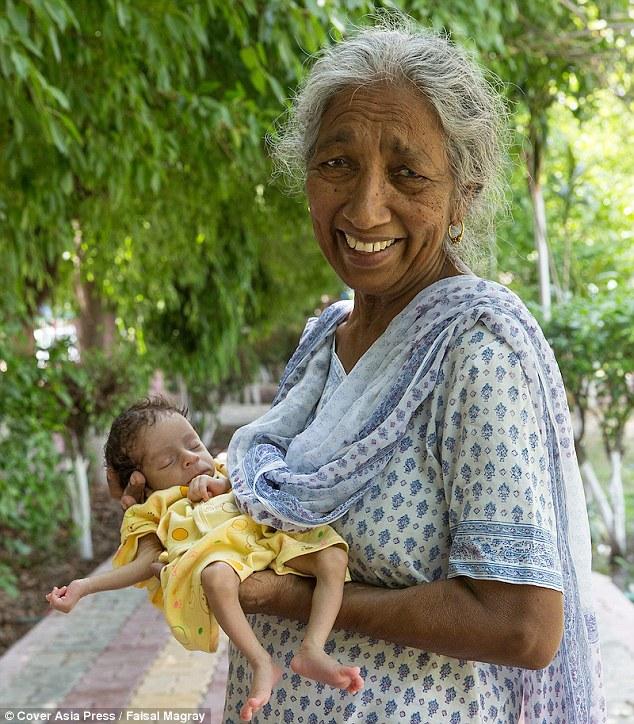 Она родила сына, когда ей бы…