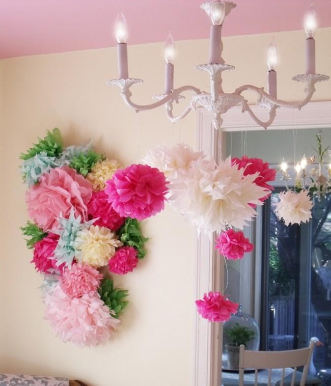 С помощью гофрированной бумаги можно создать огромные цветы для декора праздника