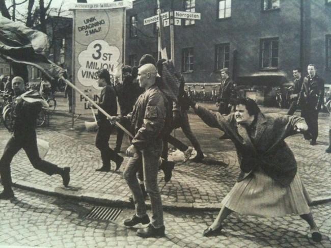 Шведка ударила сумкой протестующего неонациста. Эта женщина выжила после заключения в концлагере (1985). история, события, фото