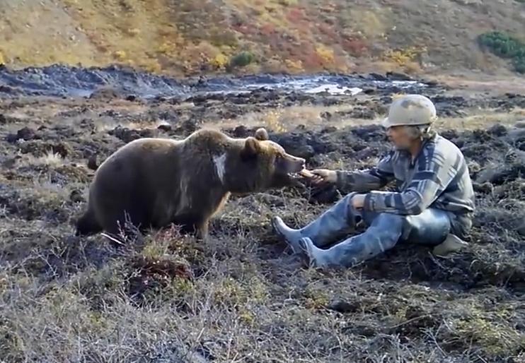 Самый обычный день в России: рабочий во время перерыва решил покормить с рук медведя
