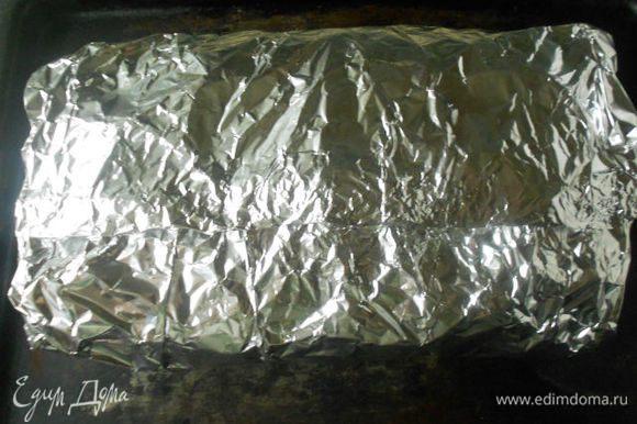 Края фольги плотно соедините. Поставьте блюдо обратно в духовку и запекайте приблизительно 6 ч. То же самое блюдо из лосося или ряпушки готовится около 4 ч.