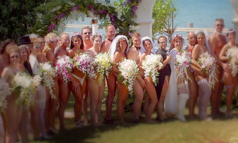 В День влюблённых на Ямайке сыграли традиционные голые свадьбы (фото)