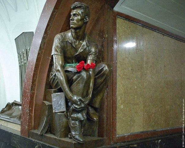 В московском метро на «Площади Революции» скульптура парня с книгой - этот текст о нём...