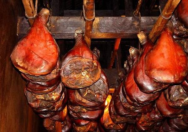 Соленый домашний свиной окорок