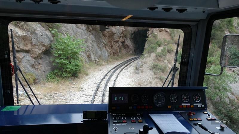 2. Экскурсионный поезд в скале в Мега Спилео железная дорога, интересно, непроходимые места, опасные дороги, тоннель, фото