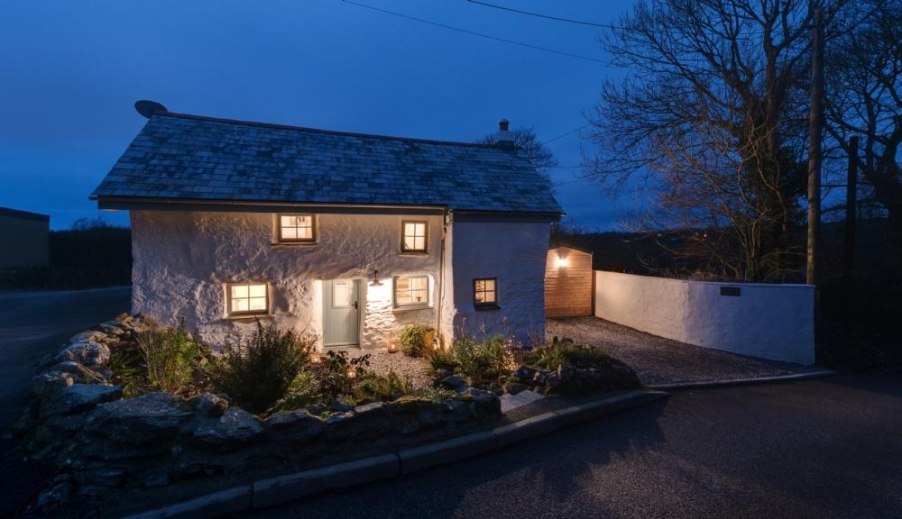 Этому дому более 300 лет. Снаружи - все просто, но внутри он невероятно крут. Мечта, а не дом!