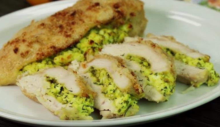 Куриное филе с творогом и зеленью: вкусно и сытно