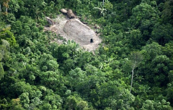 Здесь живут последние индейцы нашей планеты, которых «не тронула» цивилизация. Они не знают другой жизни, кроме как в лесах Бразилии. Они даже не знают, что фотография их дома гуляет по Интернету :) Изображение взято с сайта «https://www.survivalinternational.org»
