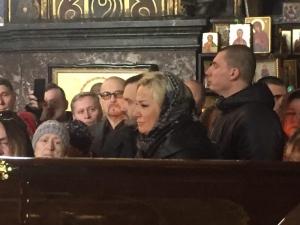 Я у твоих ног: Максакова простилась с мужем, встав на колени у его гроба