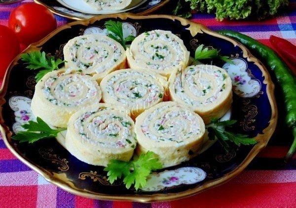 Рулет яичный с сыром и крабовыми палочками