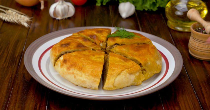 Слоеные лепешки с мясом: простое тесто и много вкусной начинки