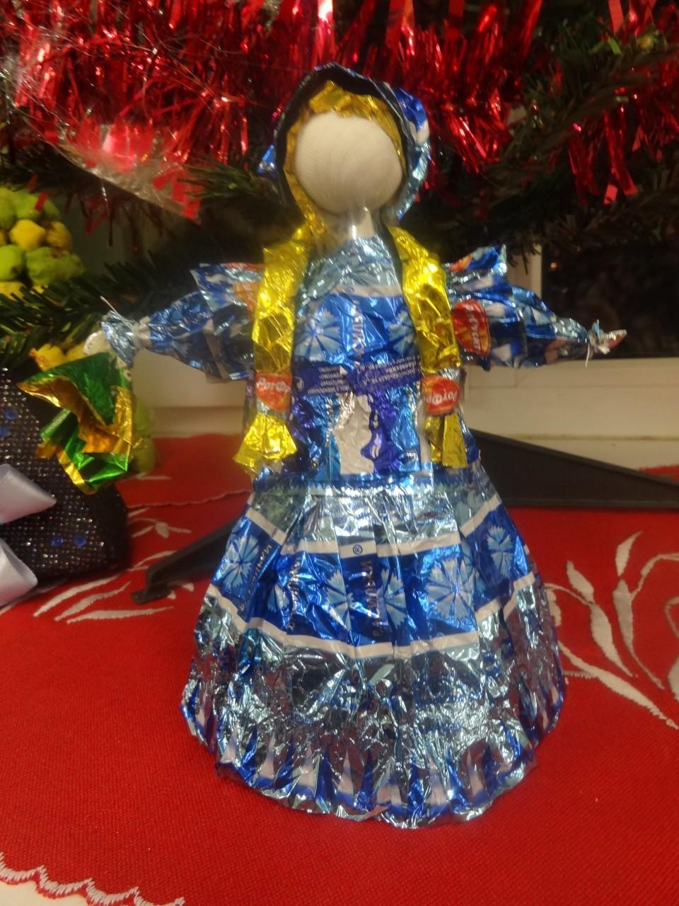 Снежинки из конфетных фантиков своими руками