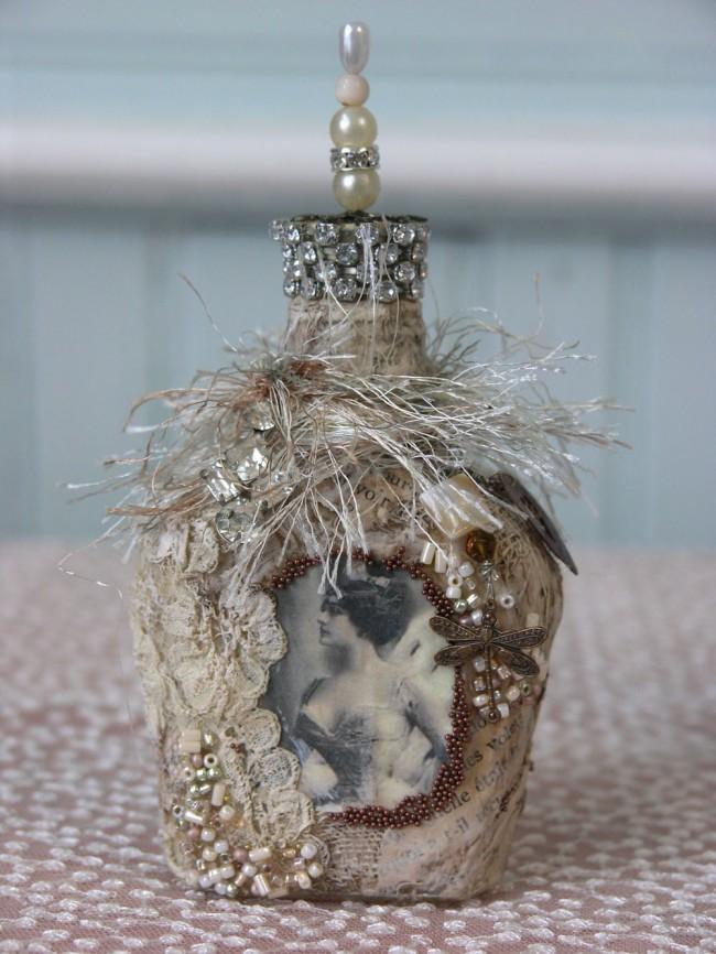 Нежная винтажная бутылка со множеством деталей ручной работы
