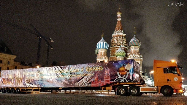 Кремлевскую столетнюю ель привезли на Соборную площадь в Москве